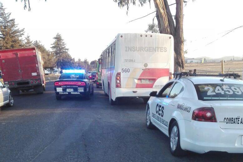 Detienen a tres ladrones en la Toluca Atlacomulco, los policías iban encubiertos en la unidad.