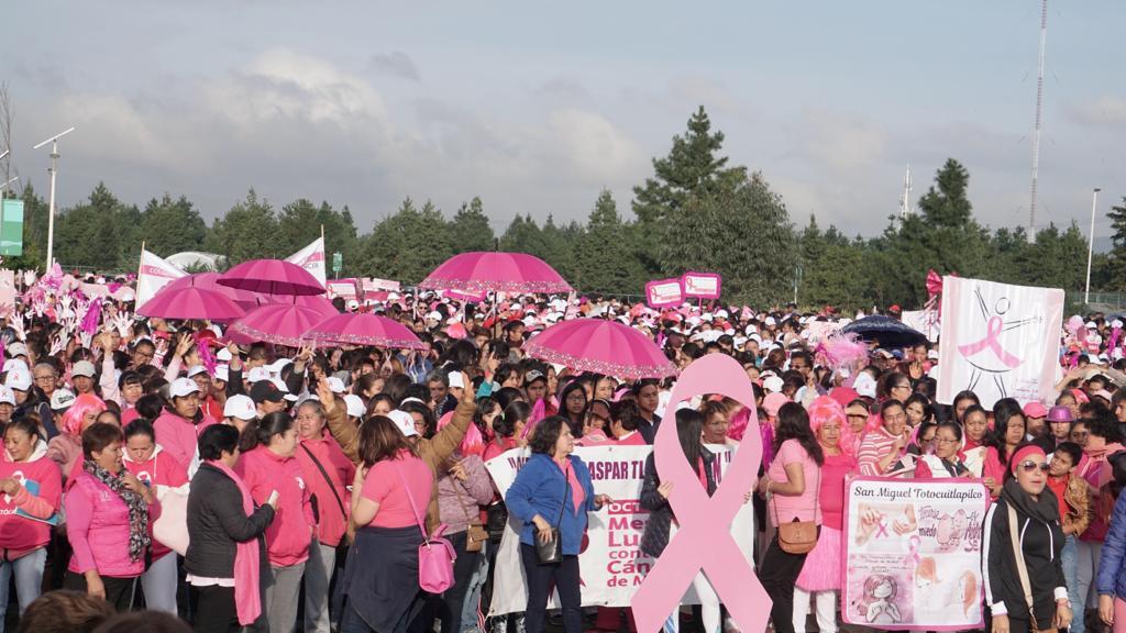 Realizan caminata para concientizar acerca del cáncer de mama