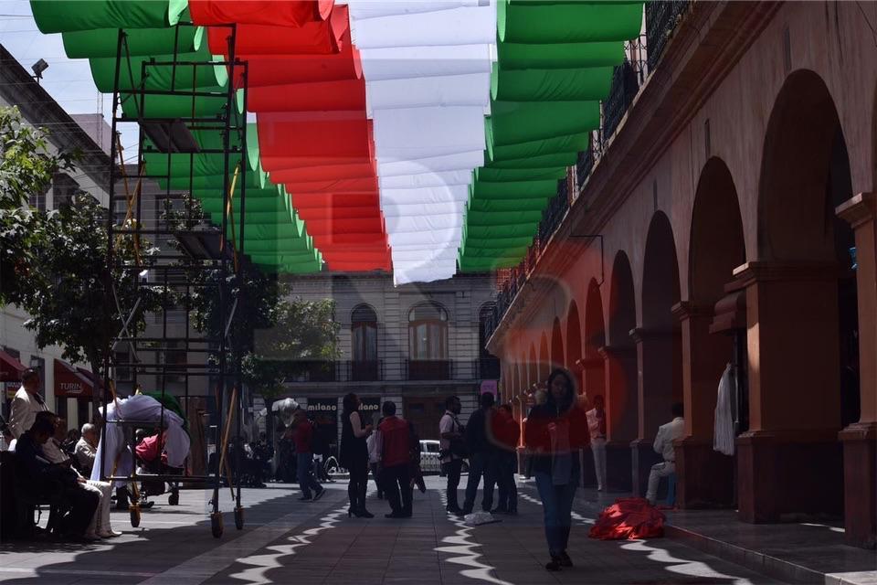 Banderas monumentales dan vida al Andador Constitución