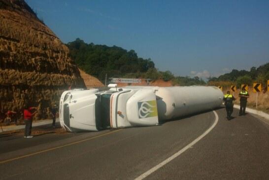 Vuelca pipa de gas en la carretera a Zitácuaro