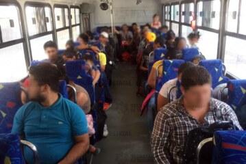 Trasladan a más de 40 migrantes centroamericanos refugiados en una propiedad
