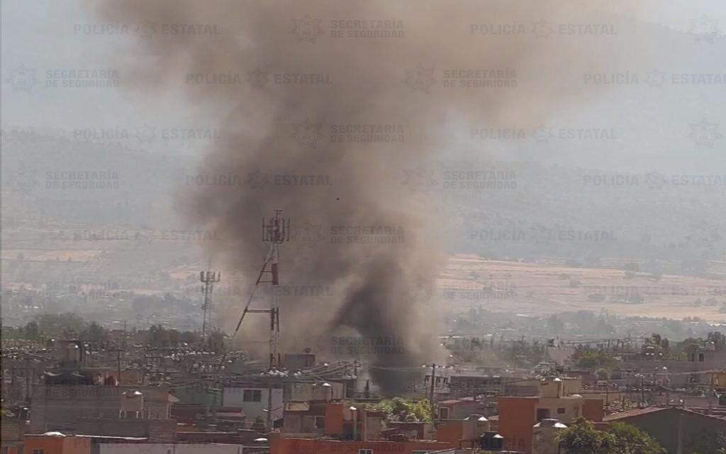 Policías y bomberos atienden incendio en pipa de gas LP.
