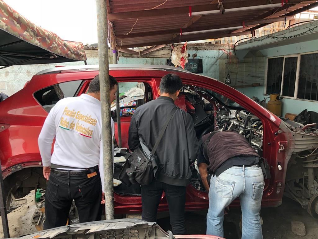 Catea FGJEM tres inmuebles y recupera vehículos y autopartes con reporte de robo