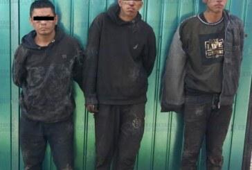 Elementos de la secretaría de seguridad resguardan inmueble aparentemente utilizado para almacenar y desvalijar vehículos robados y detienen a tres personas
