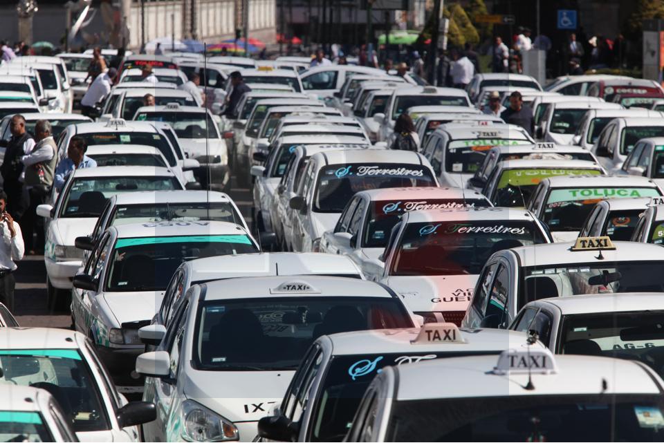 Se manifiestan taxistas en contra de la gaceta para dar más seguridad al usuario.