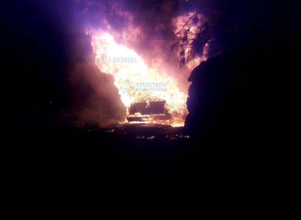 Acordonan policías mexiquenses zona de incendio de un ducto de combustible