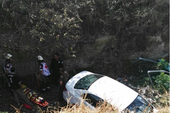 Cae al rio Las Jaras un vehículo conducido por una mujer