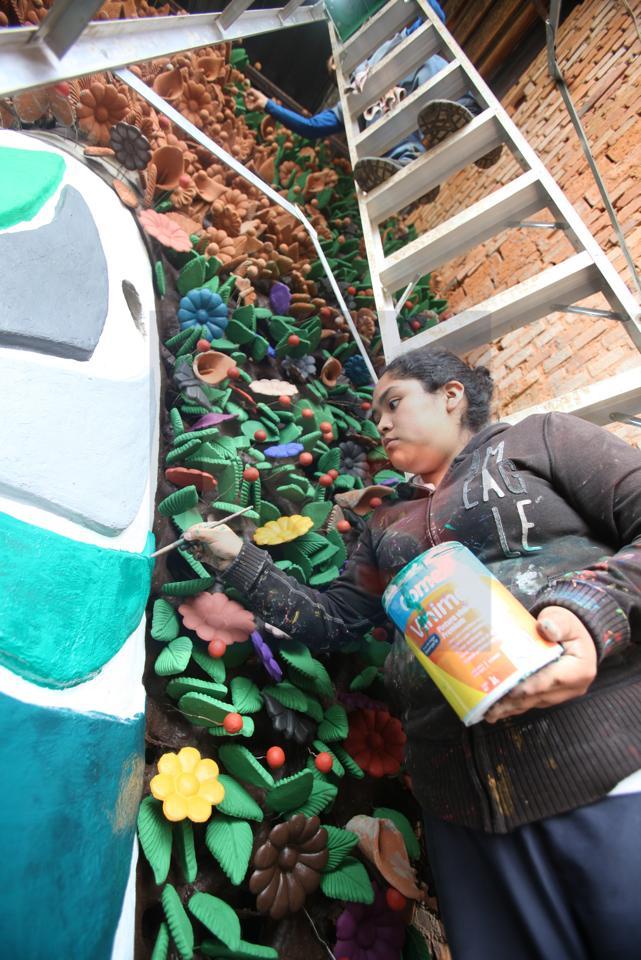Elaboran árbol de la vida monumental para una de las zonas más pudientes de Metepec