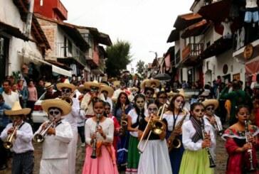 """Llena """"comparsa de las almas"""" de magia, misticismo, música y color las calles de Valle de Bravo"""