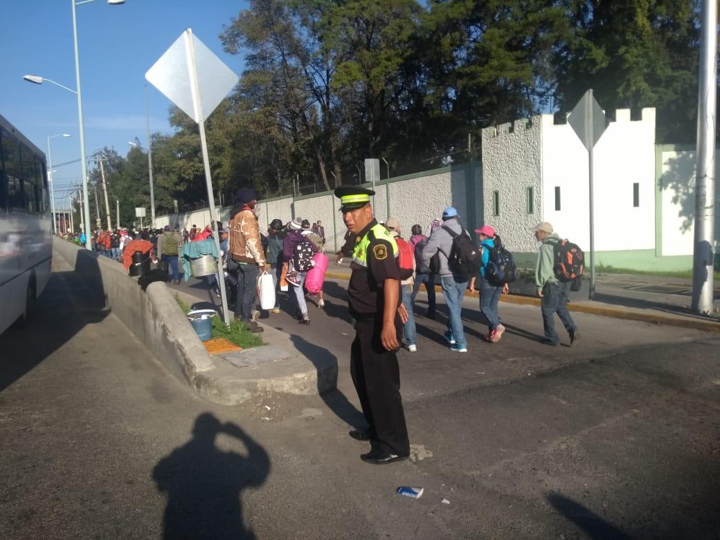 """Migrantes de la caravana """"pueblos sin fronteras"""" salen de la caseta de cobro de Tepotzotlán hacia Querétaro"""