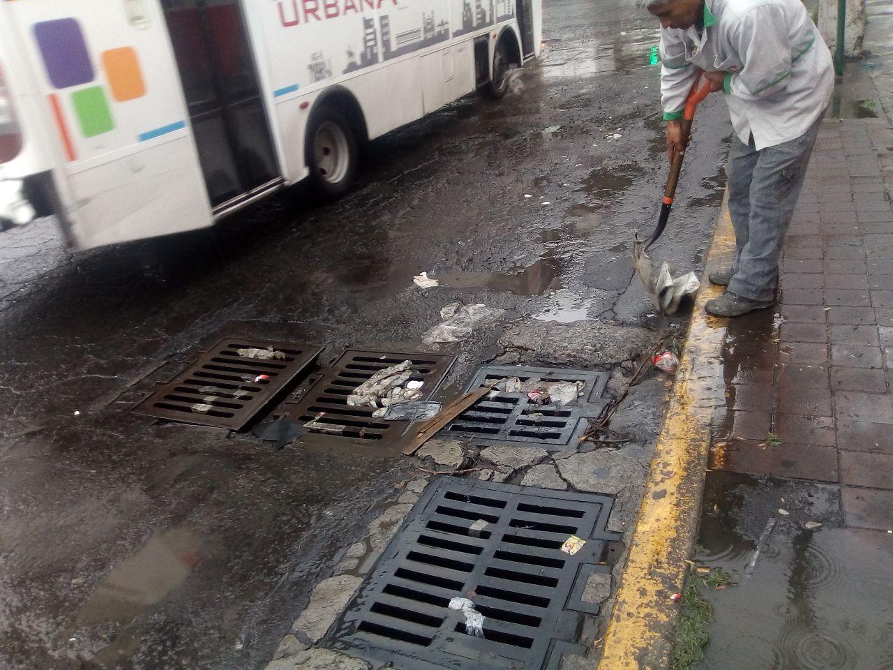 En Toluca realizan limpieza de coladeras