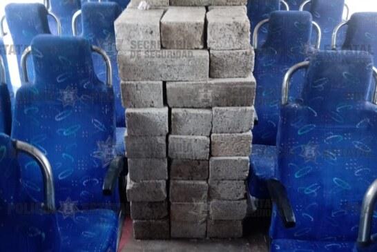 Se robaron ladrillos y los subieron a un camión de pasajeros.