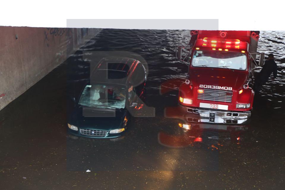 Tres autos atrapados por la lluvia de esta tarde