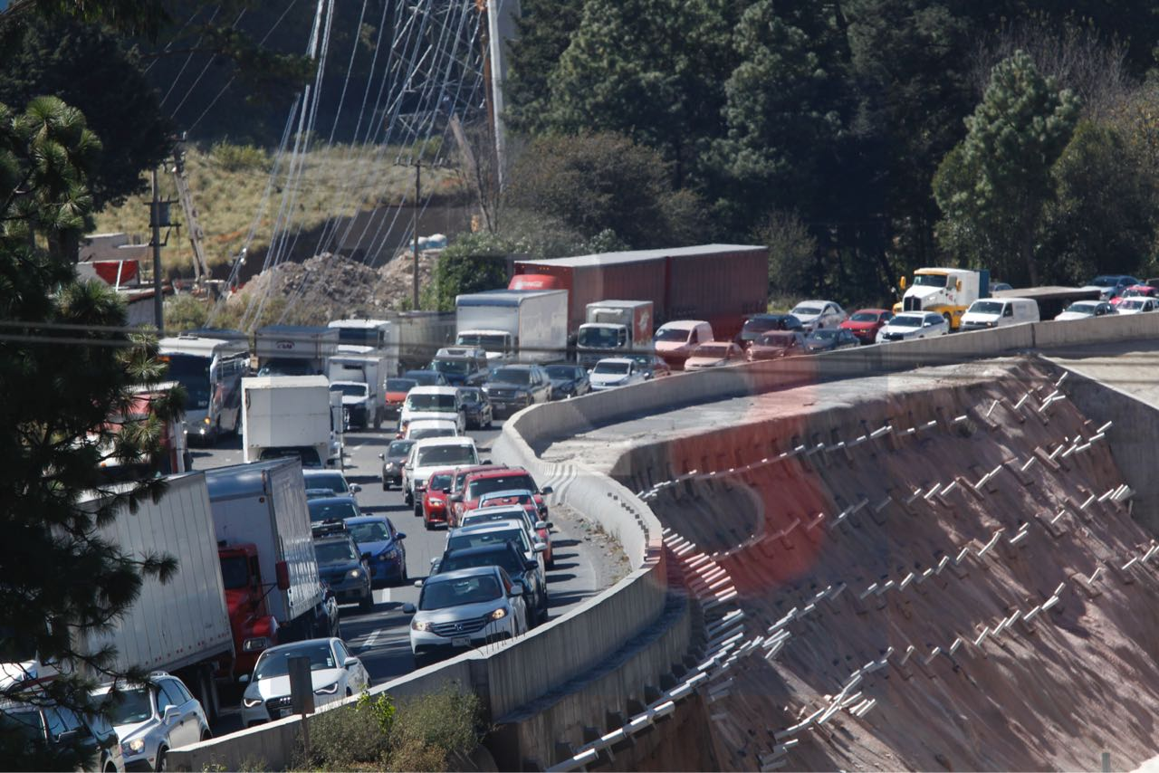 Bloquean comuneros la vialidad Mexico Toluca en dirección a la capital del país.