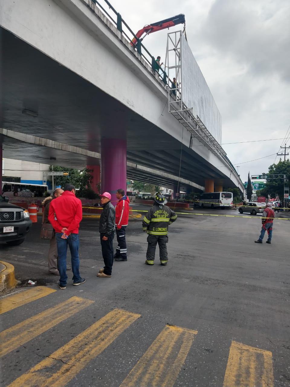 Retiran en Toluca espectacular irregular con riesgos en materia de Protección Civil