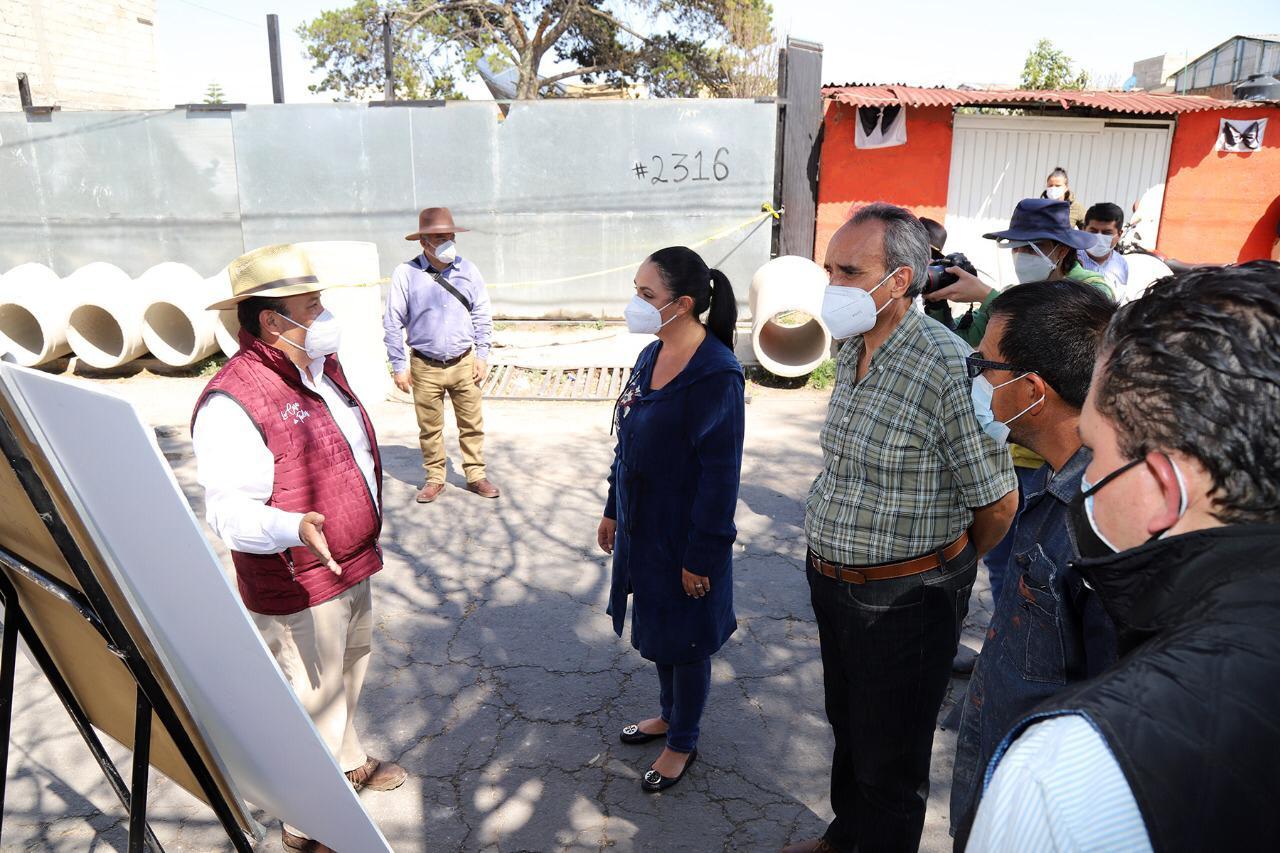 Junto con vecinos Gaby Gamboa supervisa obra de drenaje en Casa Blanca