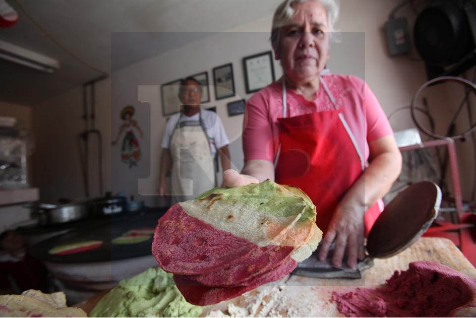 Las tortillas tricolor, una opción más en la gastronomía toluqueña.