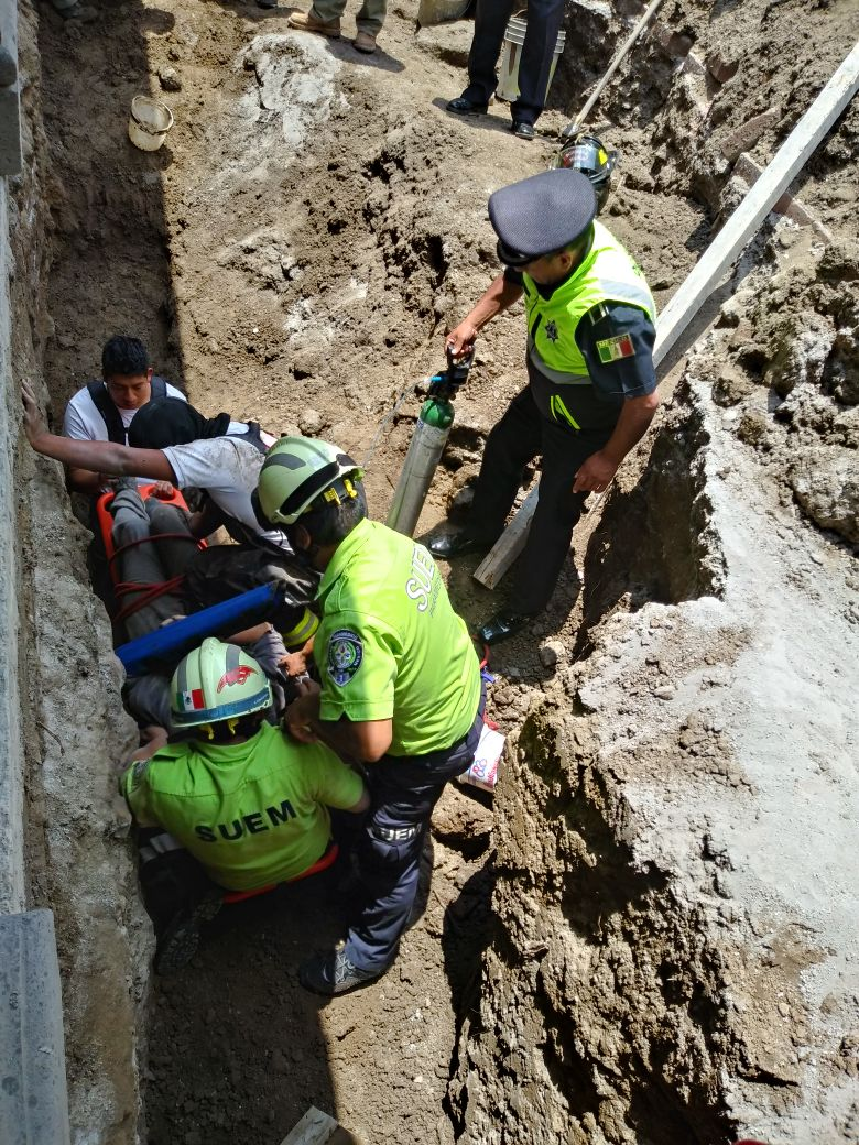 Rescata Protección Civil y Bomberos de Toluca hombre atrapado en derrumbe de vivienda