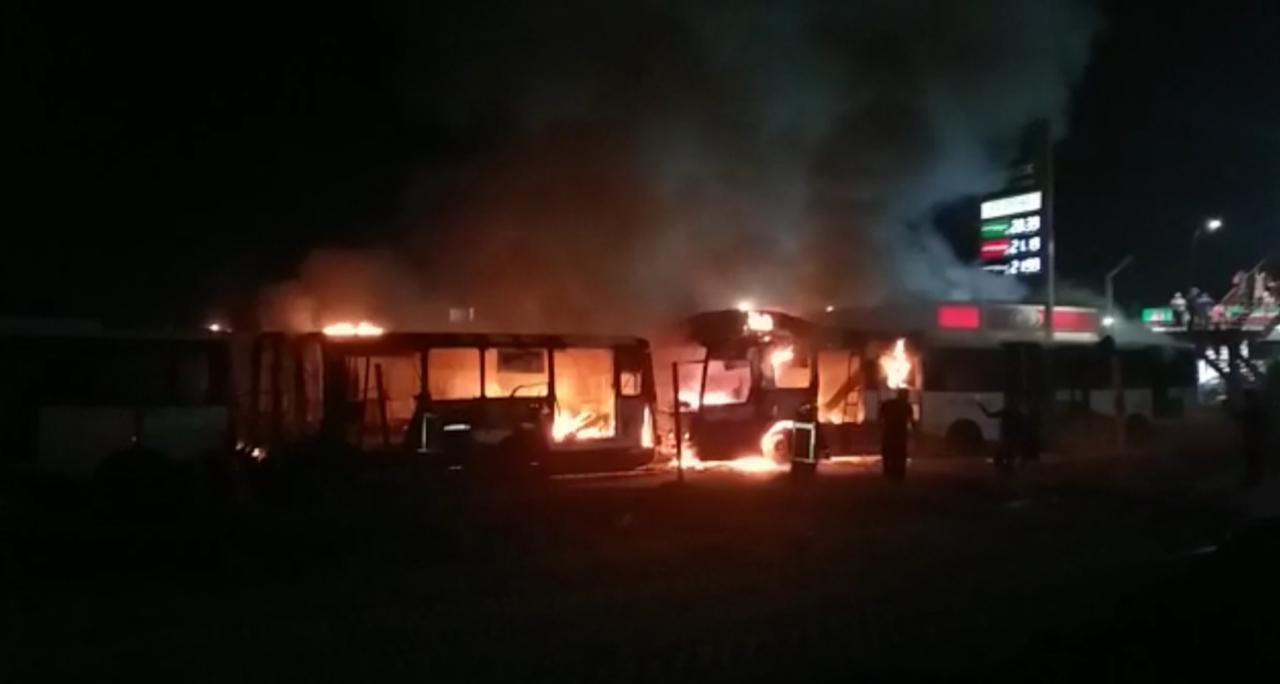 Dos unidades de mexibus línea 1 fueron incendiadas la madrugada de este viernes.