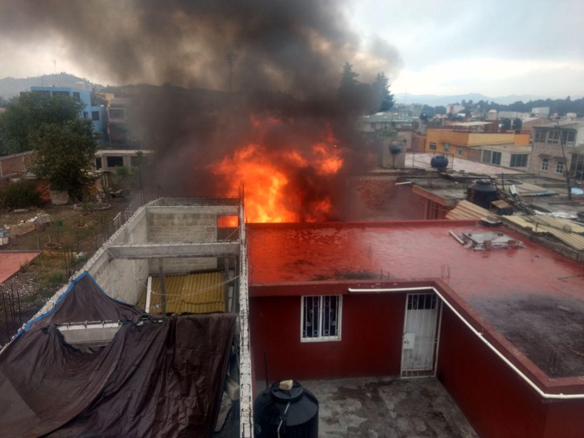 Incendio en casa habitación de la colonia Isidro Fabela es sofocado por Bomberos de Toluca