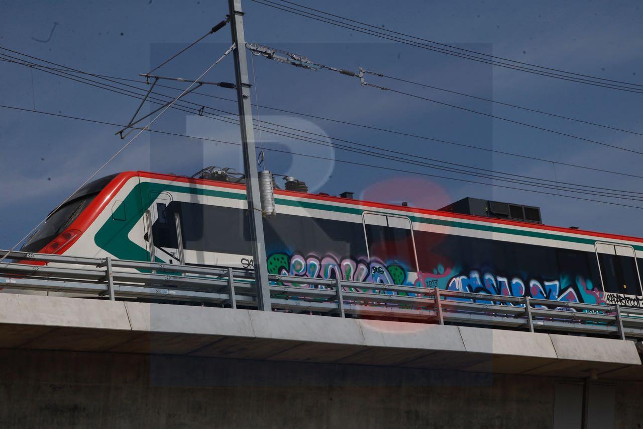 Grafitean el tren antes de que lo inauguren