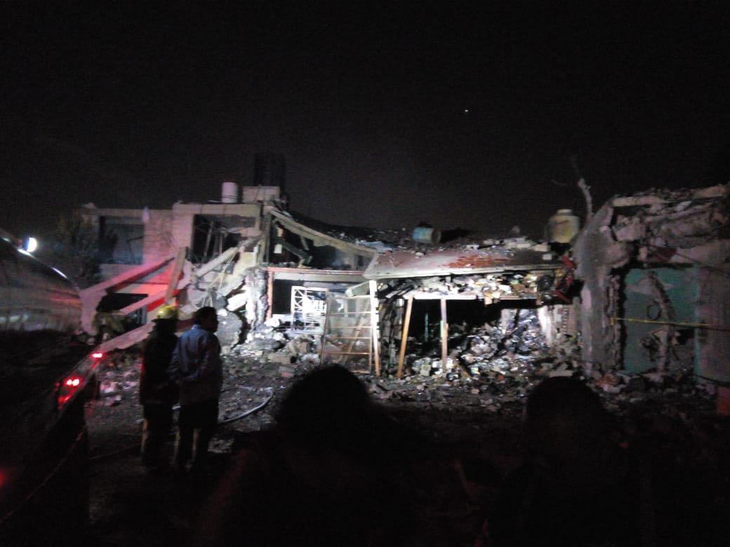 Explota una vivienda que era usada de bodega de pirotecnia en Tultepec