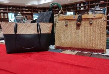 Crean artesanos mexiquenses bolsos, mochilas y carteras