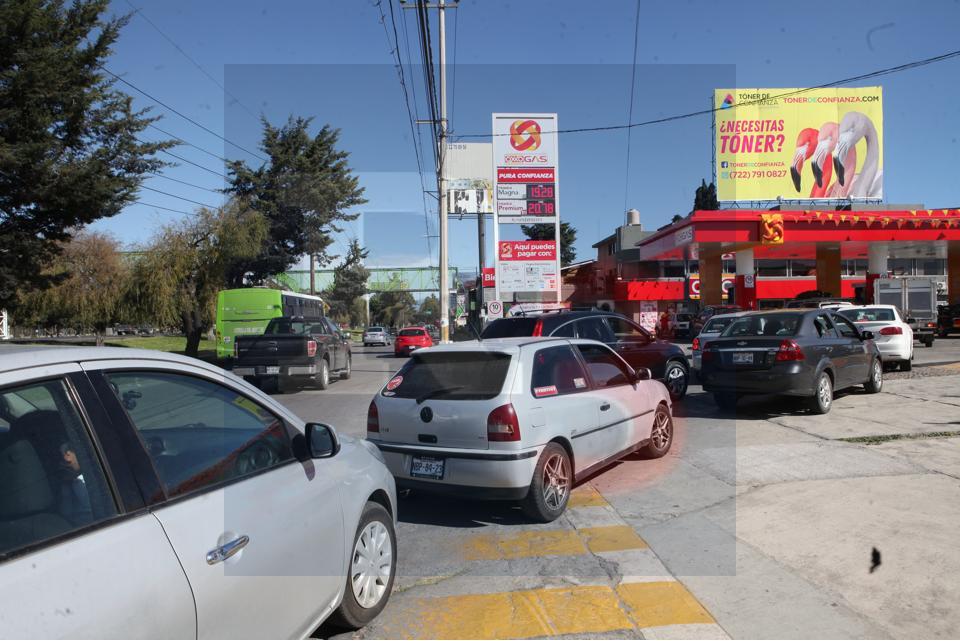 """En Toluca reportan """"desabasto"""" en algunas gasolineras"""