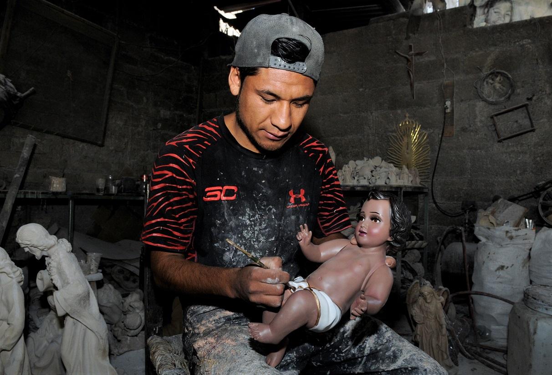 Artesanos de San Andrés Cuexcomatitlán elaboran nacimientos para esta temporada decembrina
