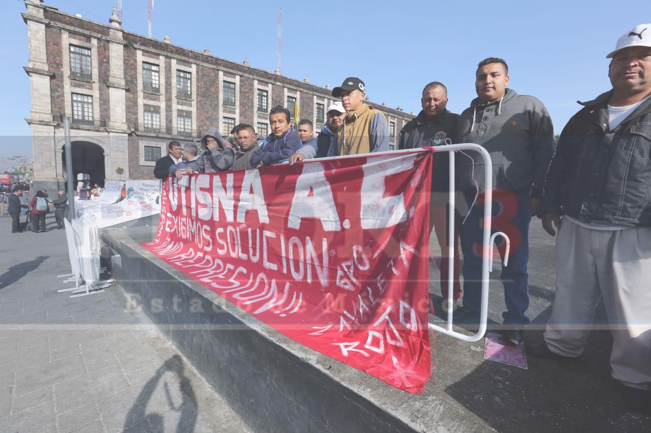 Le den la bienvenida a Alfredo del Mazo, llega la primera manifestación a palacio de gobierno.