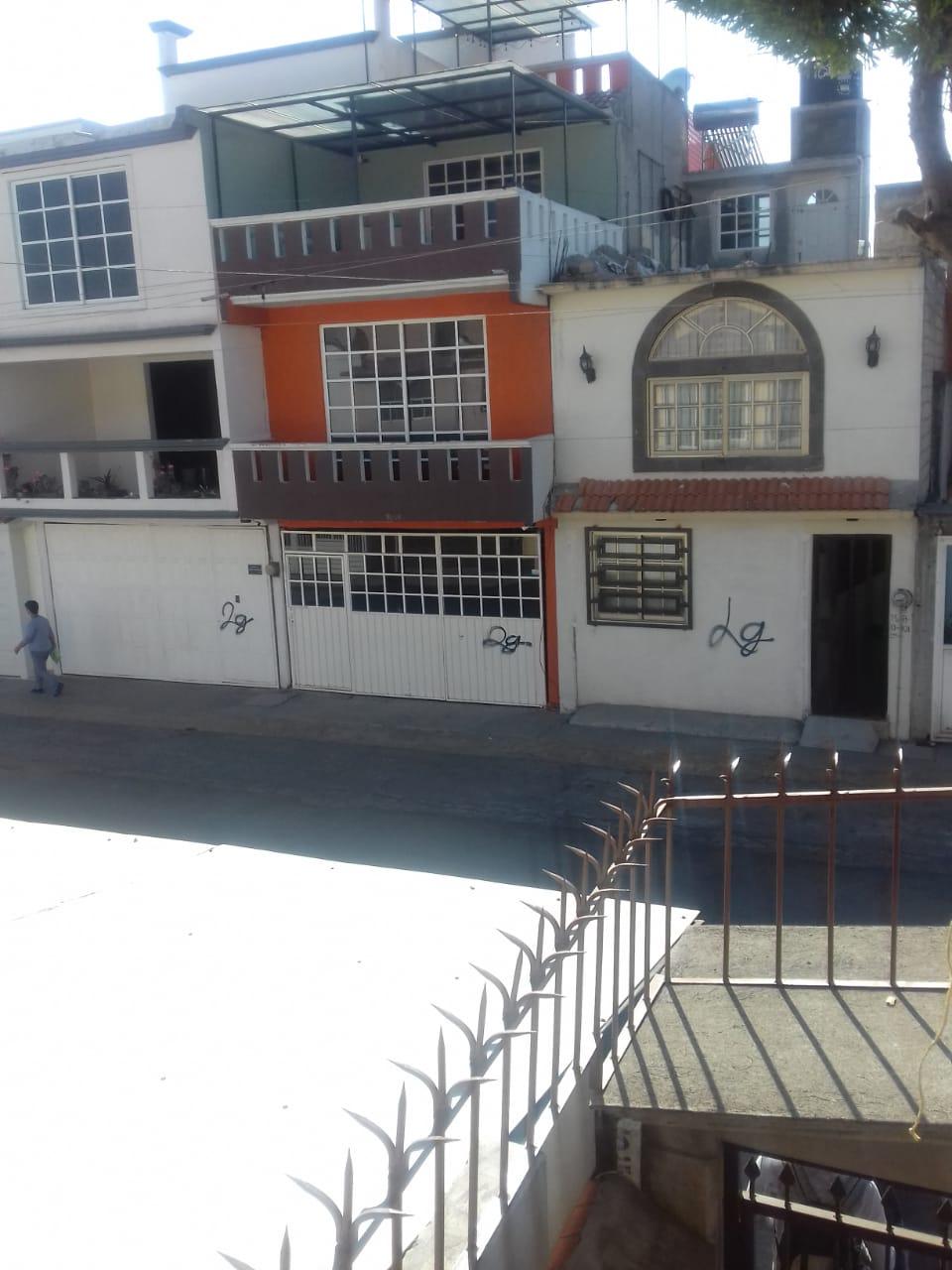Graffitean casas para robarlas en Los Sauces en Toluca.