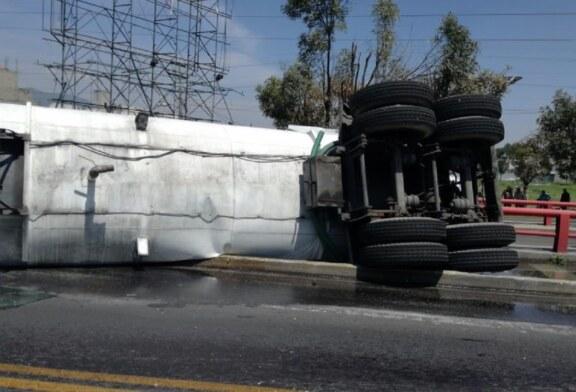 Sancionan a chofer que invadió y volcó en carril del mexibús