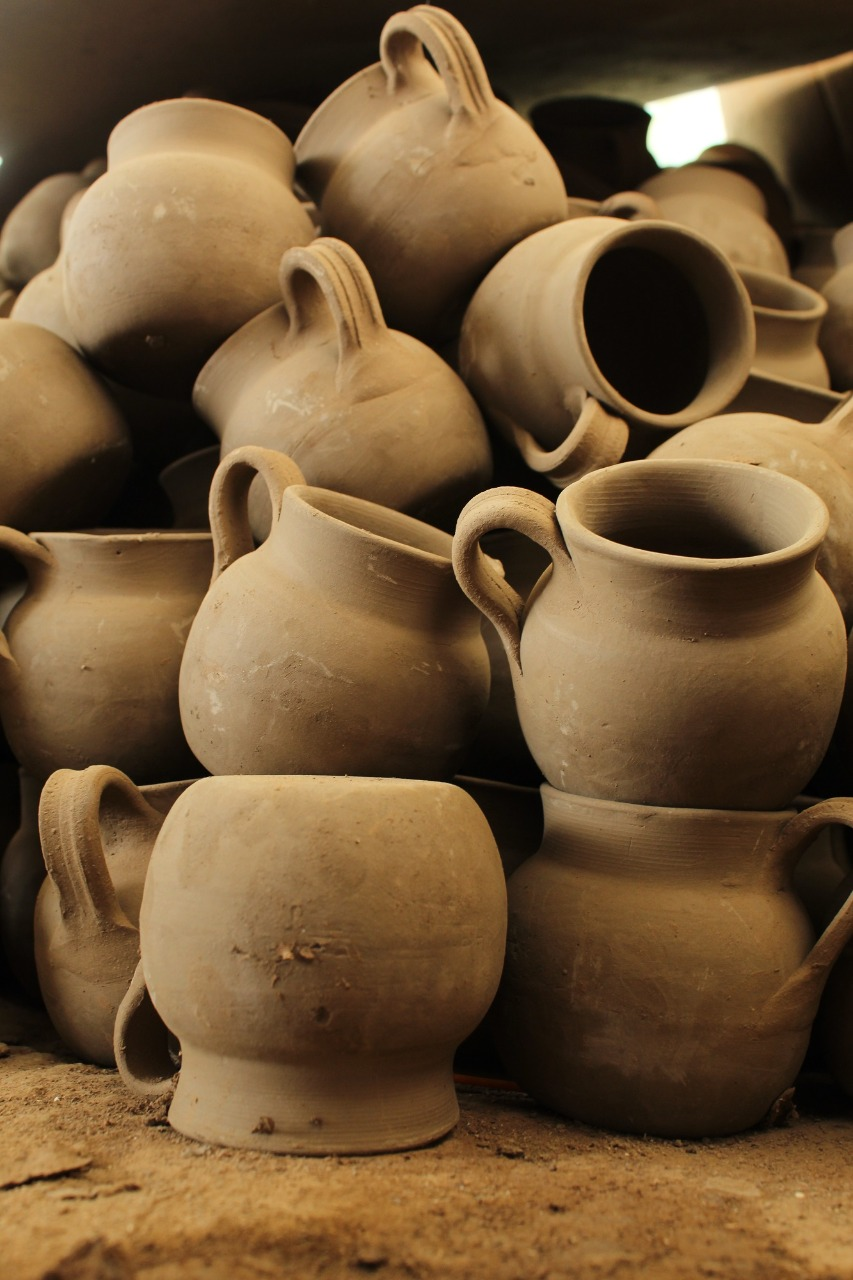 Trabajan artesanos con el barro para darle vida a través de la cerámica