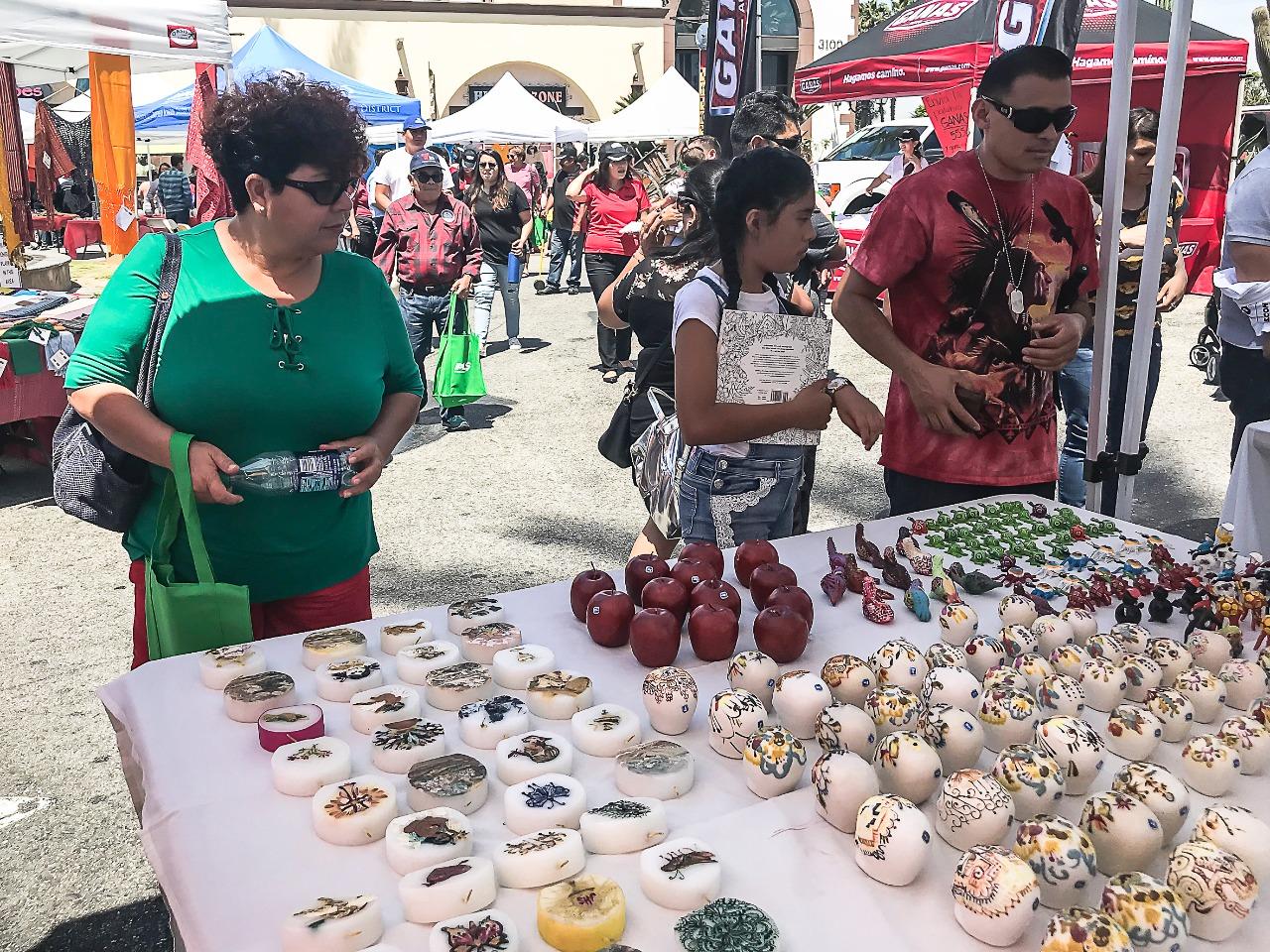 Comercializan artesanos mexiquenses piezas en Los Ángeles, California