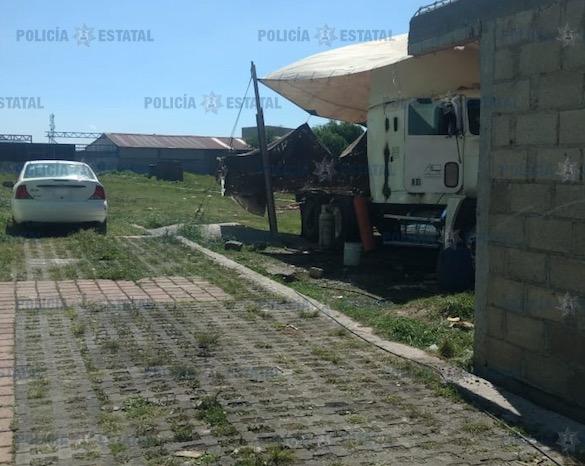 Detienen a dos que desvalijaban tracto camión con reporte de robo.
