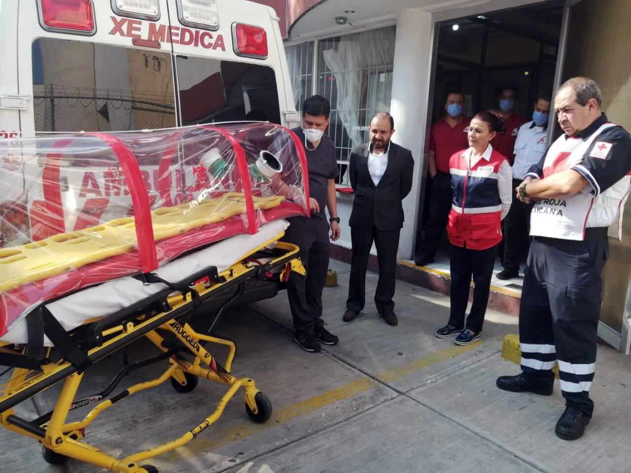 Dona XE Médica a Cruz Roja Mexicana cápsula de aislamiento para traslado de pacientes de COVID-19