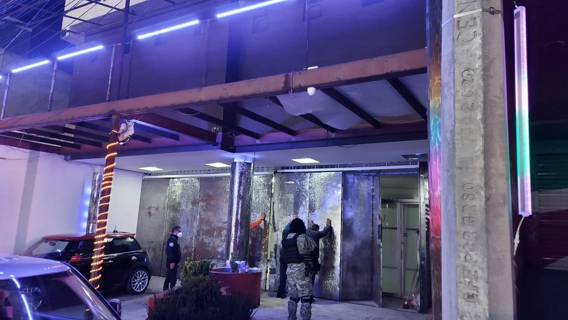 Localizan a 11 posibles víctimas de trata de personas durante cateo en un bar en Toluca