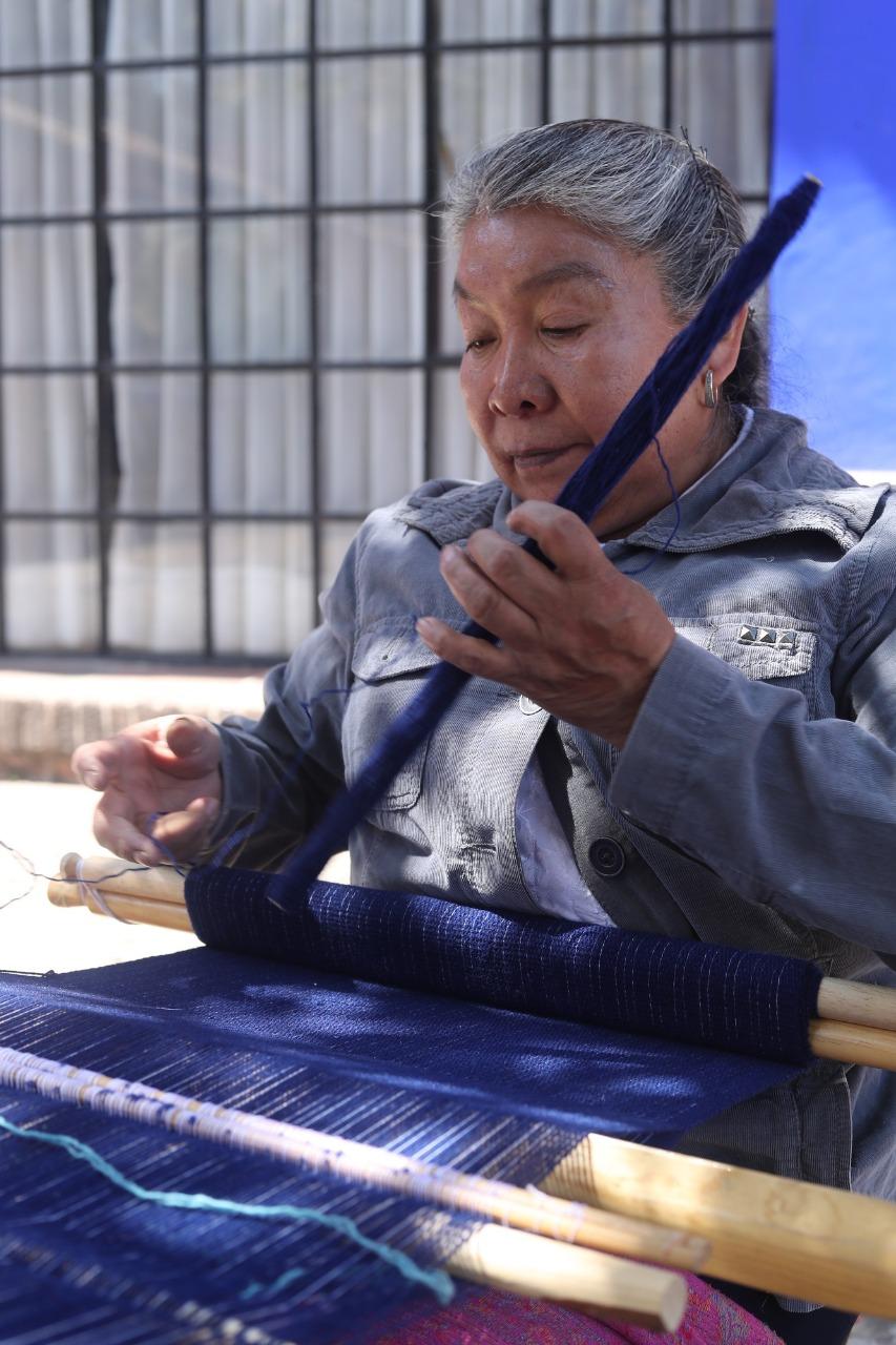 Trabaja artesana Reyna Rayón para preservar tradiciones de la etnia otomí