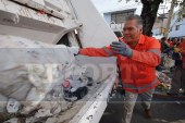 Se sube alcalde de Toluca a camión recolector para retirar basura de las calles