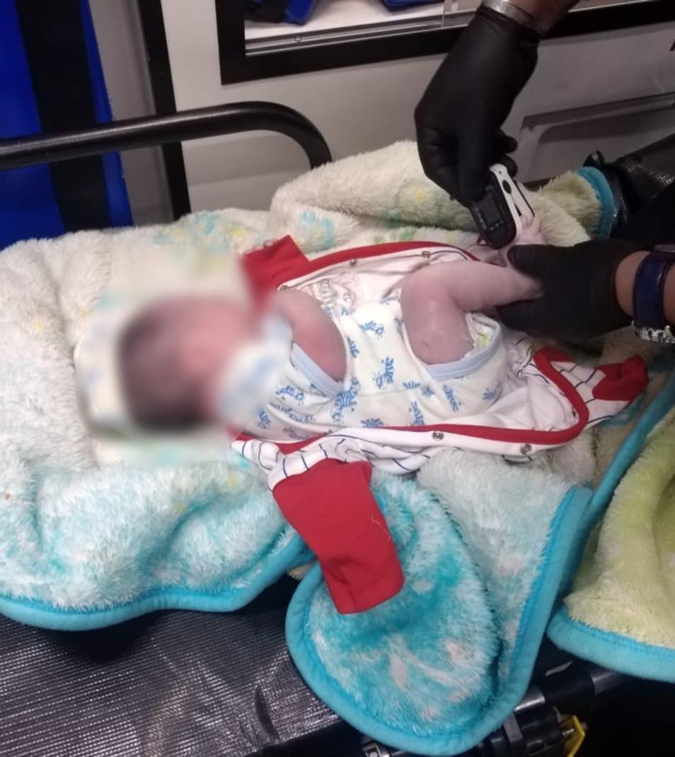Policías de Tlalnepantla rescatan a recién nacido abandonado