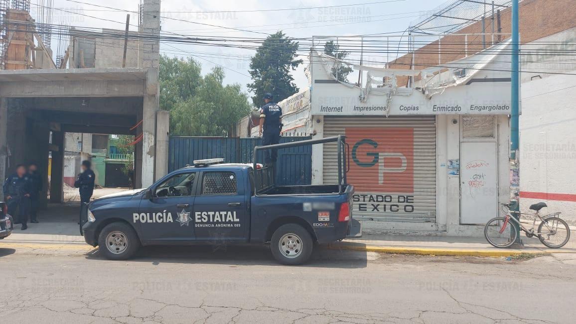 Policías de la secretaría de seguridad resguardan predio donde localizan camioneta con reporte de robo