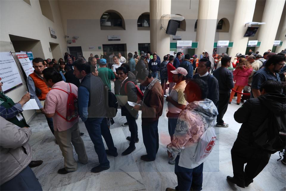 Desbordan ciudadanos oficinas para canjear placas