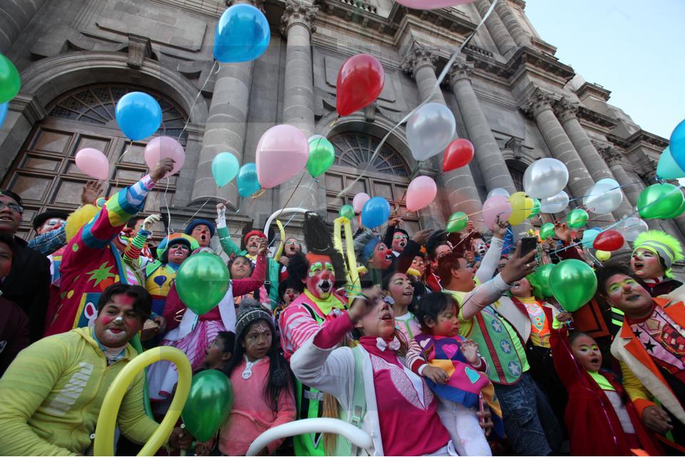 Llegan los payasos a Catedral a dar gracias en el día del payaso