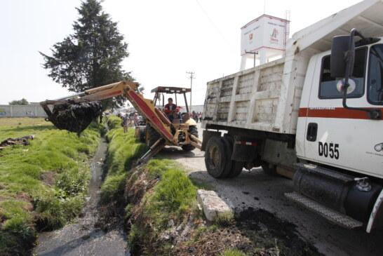 Para prevenir inundaciones y encharcamientos desazolvan en Toluca más de 407 kilómetros en ríos, drenajes y canales de aguas negras.