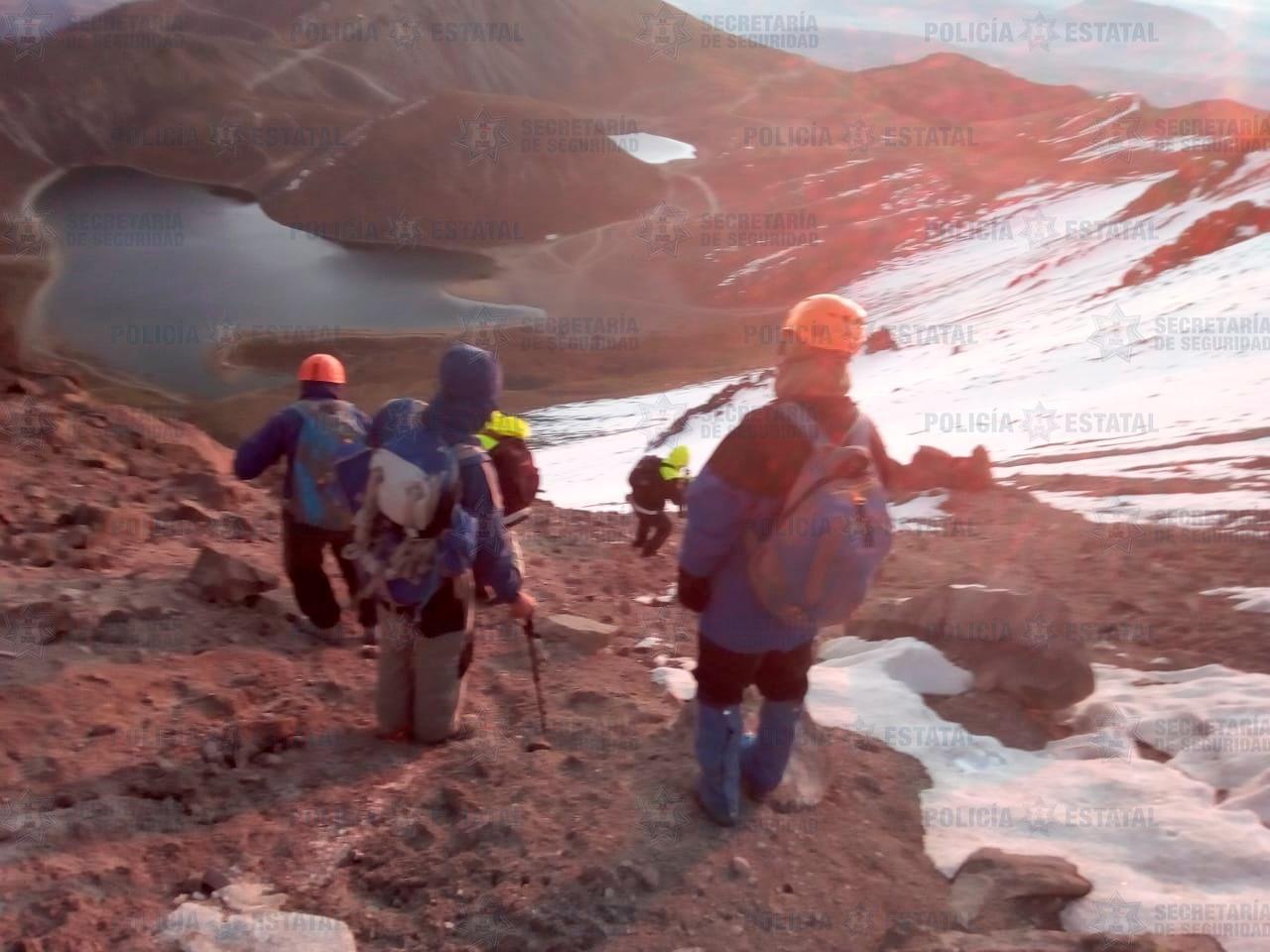 Policía de alta montaña rescatan a cuatro personas extraviadas en el nevado de Toluca