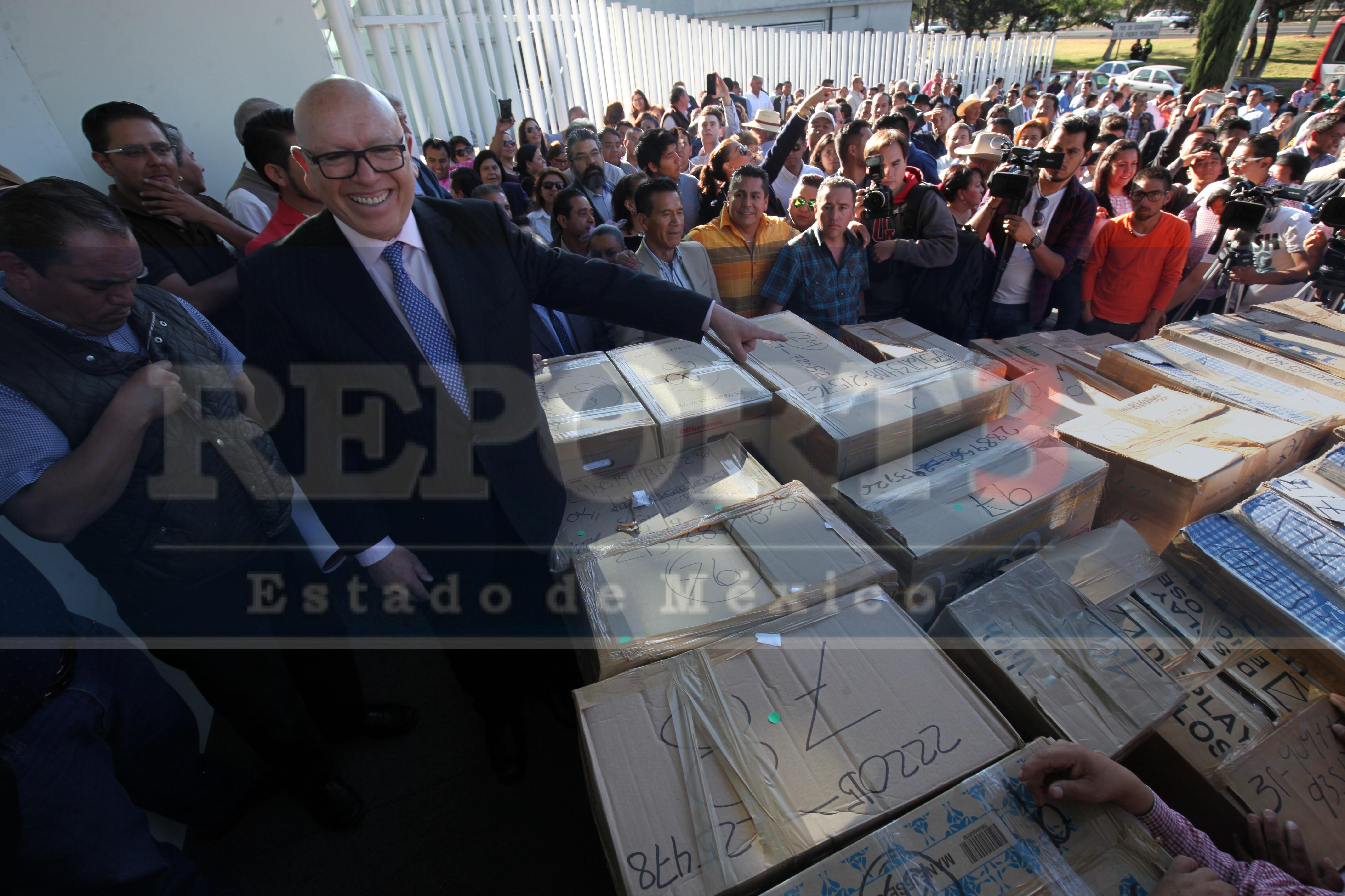Entregan firmas candidatos independientes a gobernador.