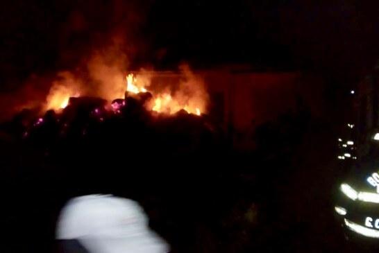 Sofocan Bomberos de Toluca incendio de pacas de avena en San Pablo Autopan