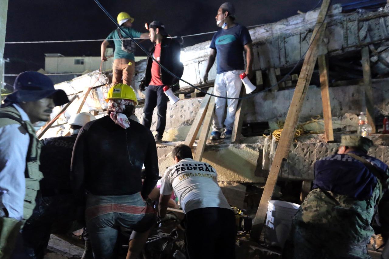 Policia federal apoya en trabajos de rescate de víctimas por sismo en la ciudad de México