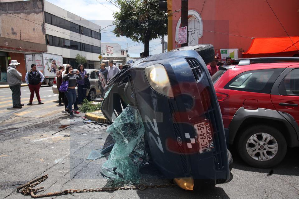 Vuelca un auto compacto luego de un impacto