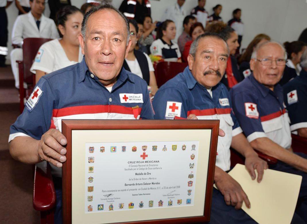 Reconocen al comandante Arturo Salazar por 50 años de trabajo voluntario en Cruz Roja Toluca